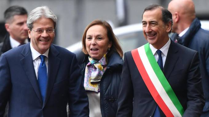 ll presidente del Consiglio Gentiloni accolto dal sindaco di Milano Sala (Ansa)
