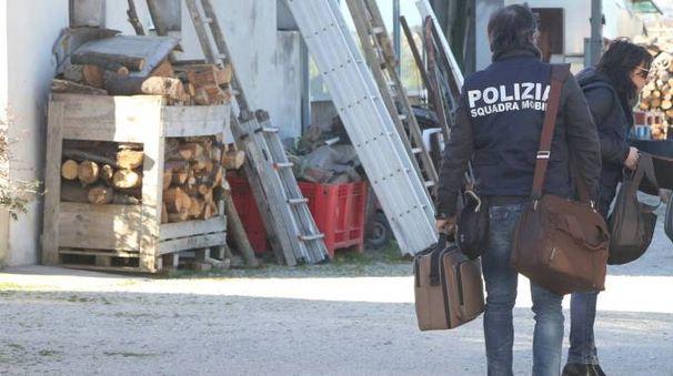 Gli investigaotori della Squadra mobile di Forlì col materiale sequestrato nell'abitazione di Capannaguzzo (foto Ravaglia)