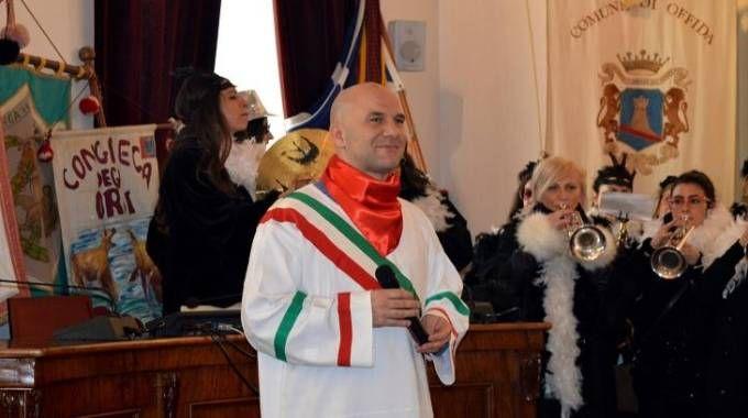 Il sindaco Valerio Lucciarini con il 'guazzarò', l'abbigliamento tipico del Carnevale