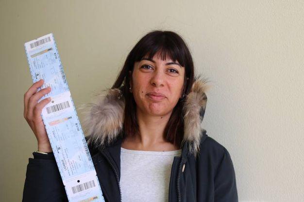 Una fan con i biglietti