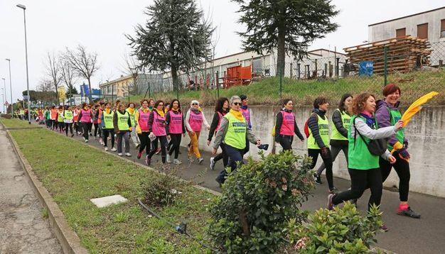 Le donne per le strade con la camminata Stradozza (foto Isolapress)