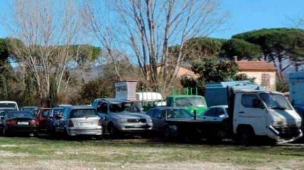 """Le auto usate """"parcheggiate"""" nella darsena di Fiumaretta"""