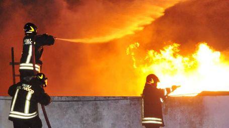 Vigili del fuoco al lavoro su un incendio