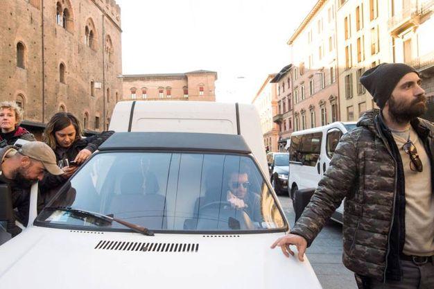Una bella giornata di sole ha baciato le riprese in piazza (Massimo Paolone)