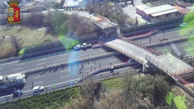 Le immagini aeree dei vigili del fuoco mostrano il ponte crollato (Ansa)