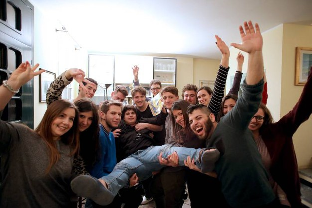Valerio in braccio al gruppo di amici (Foto Petrangeli)
