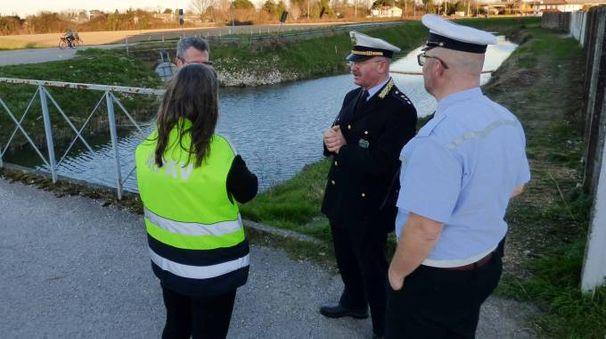 Rovigo, canale inquinato. Vietato usare l'acqua per irrigare (foto Donzelli)