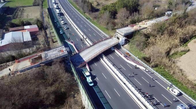 Il ponte crollato sull'A14 (Ansa)