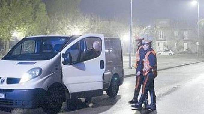 Controlli dei carabinieri nel parcheggio di via Fantoni