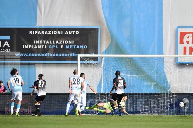 Luca Mora realizza il secondo gol per la Spal (foto LaPresse)