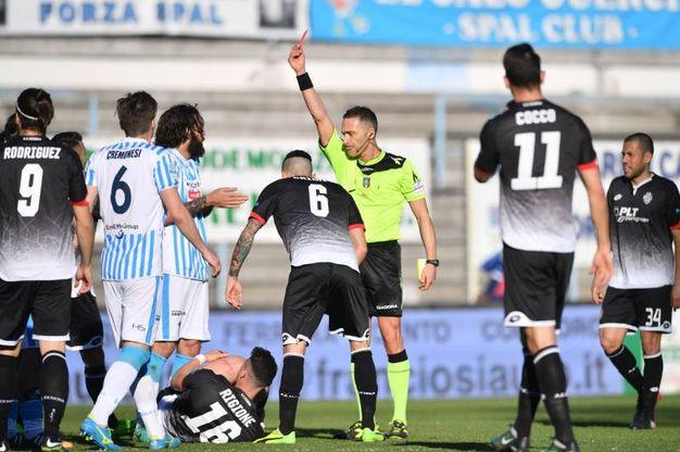 L'arbitro Di Paolo espelle Luca Mora (foto LaPresse)