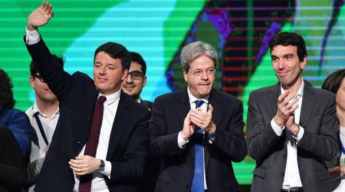 Matteo Renzi, Paolo Gentiloni e Maurizio Martina sul palco del Lingotto (Ansa)