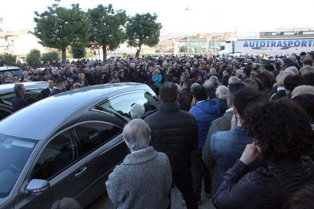 Tante persone hanno voluto dare l'ultimo saluto ai coniugi morti sull'A14 (foto Labolognese)