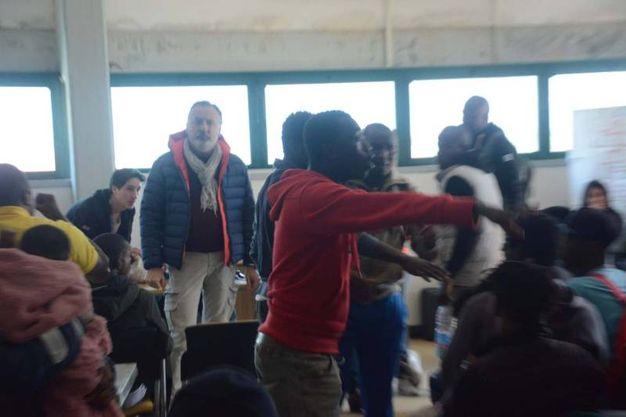 L'accesa protesta dei migranti 'viziati' (foto Umicini)