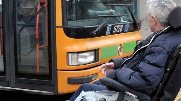 Barriere architettoniche anche per raggiungere i bus