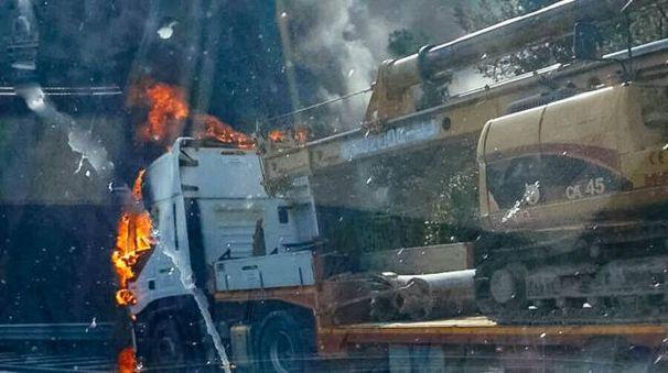 Il camion a fuoco (foto Zeppilli)