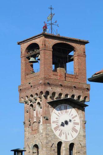 Lucca, l'intervento dei vigili del fuoco alla Torre delle Ore per rimuovere una grondaia pericolante (Alcide)