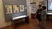 Nella prima stanza della mostra temporanea si possono quindi ammirare 13 grafiche colorate con stencil, intitolate ciascuna ad un capo delle 12 tribù di Israele (Foto Schicchi)