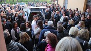 Folla all'ultimo saluto (foto Isolapress)