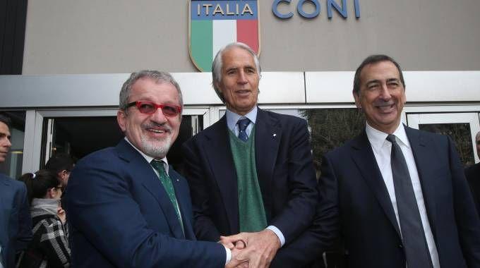 Il presidente della regione Lombardia Roberto Maroni (S), il presidente del Coni,