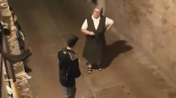 La religiosa affronta in un vicolo di Urbino gli studenti che tengono di notte la musica a tutto volume