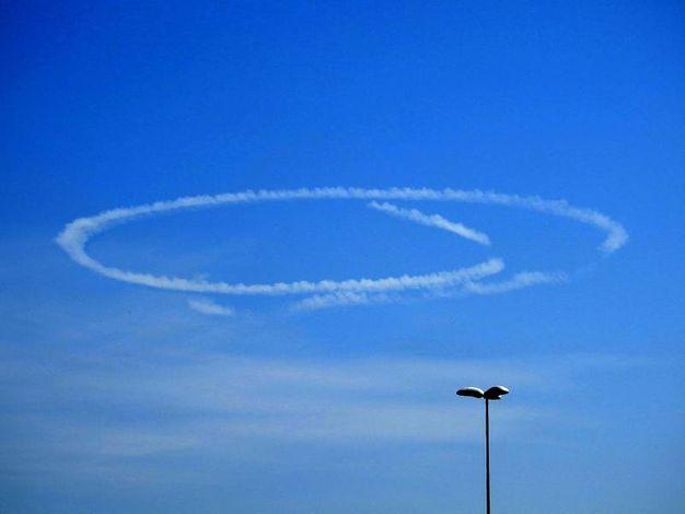 La curiosa scia visibile oggi sui cieli del ravennate (Foto Scardovi)