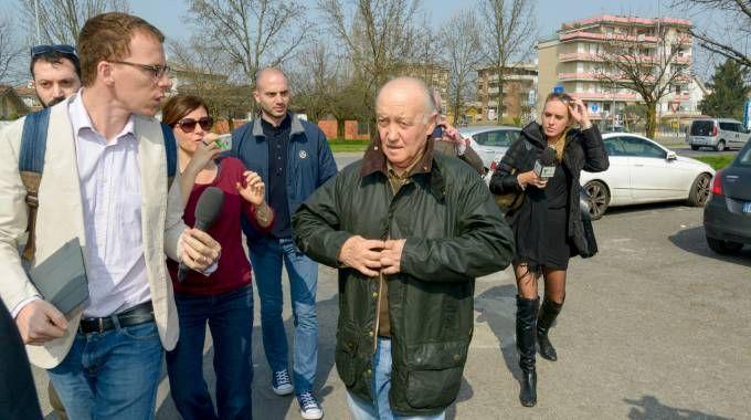 L'arrivo in caserma di Mario Cattaneo, 67 anni,  circondato da cronisti (Cavalleri)