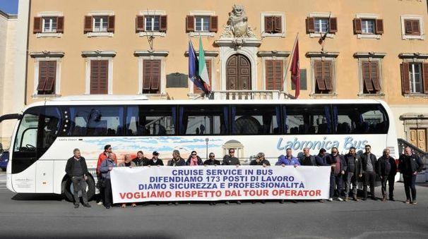 La manifestazione dei lavoratori di fronte al Comune (Novi)