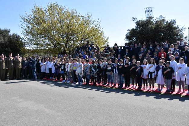 Autorità e studenti cantano l'Inno d'Italia