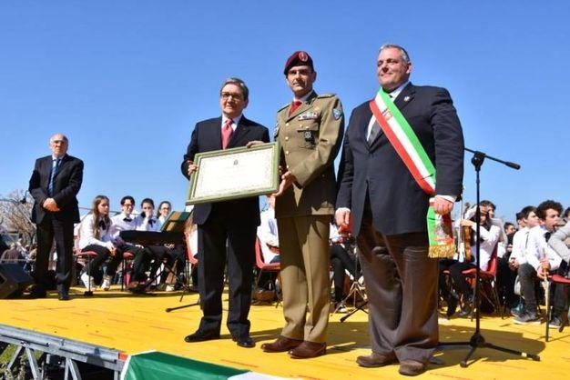 Il sindaco Vivarelli Colonna e il comandante Aurelio Tassi: consegna della cittadinanza