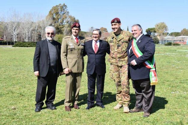 L'abbraccio con il comandante della Brigata, generale Vannacci