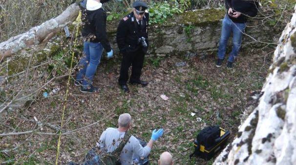 Le forze dell'ordine nel luogo dove è stato ritrovato il corpo del giovane