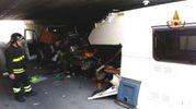 Il camper rimasto incastrato nel sottopasso ferroviario (Foto Binci)