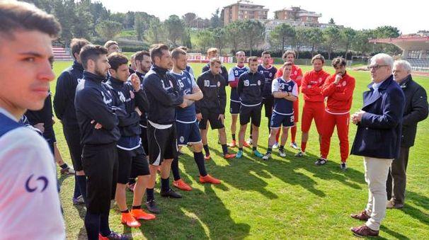 Sindaco e assessore con la squadra (foto Calavita)