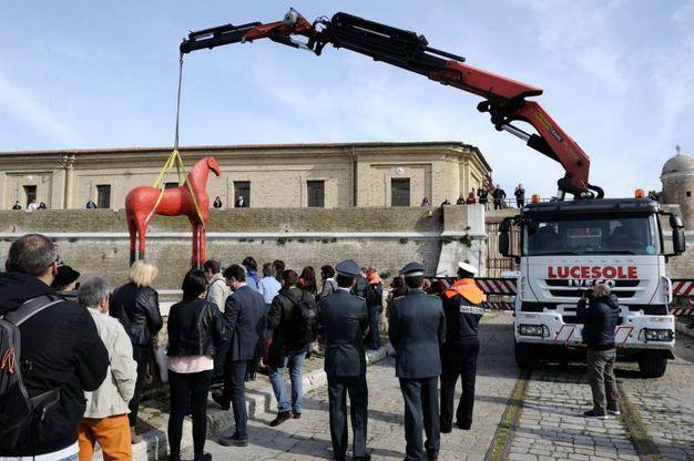 La maxi opera di Mimmo Paladino alla Mole Vanvitelliana di Ancona tra gli applausi dei presenti (foto Emma)