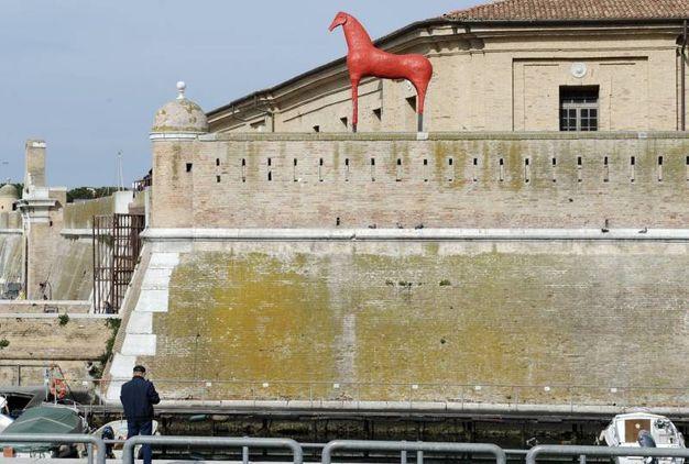 Il cavallo di Paladino è alto 4 metri (foto Emma)