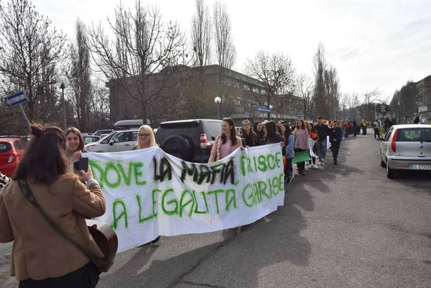 Girotondo degli studenti attorno al palazzo di giustizia dove si sta svolgendo il processo Aemilia (foto Artioli)