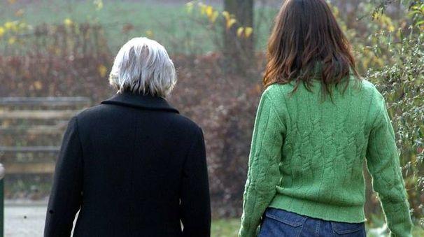 Una badante con un'anziana (foto repertorio)