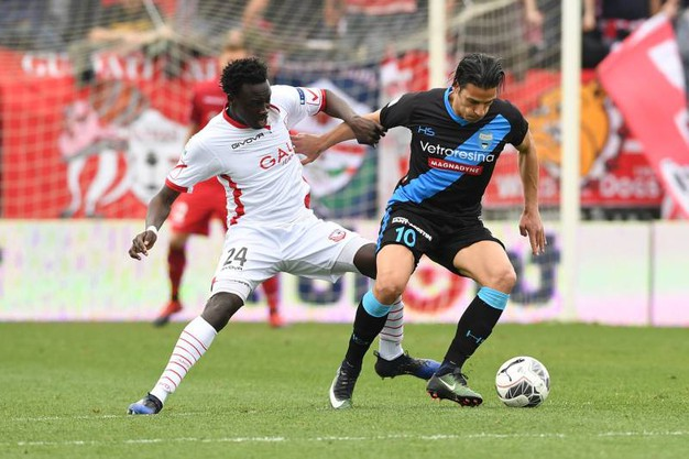 Malick Mbaye e Sergio Floccari (foto LaPresse)
