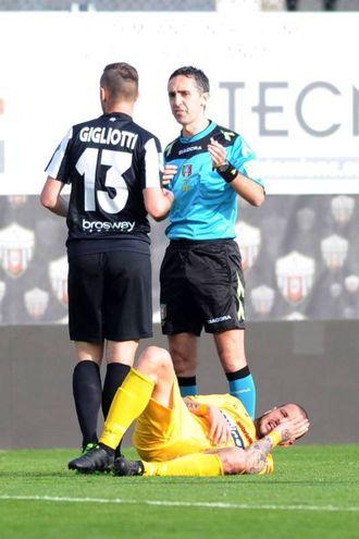 L'ammonizione di Gigliotti poco prima del gol (foto LaPresse)
