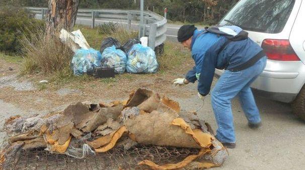 Grazie al lavoro dei volontari di «Dritti alla meta» è stato pulito il ponte sul diversivo (foto sotto)