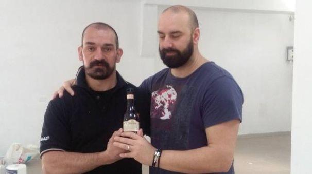 Filippo Scuto e Yor Klemen con la birra e al lavoro nel fondo
