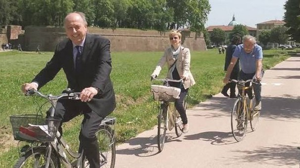 Il sindaco Tambellini e l'assessore Francesca Pierotti in bici