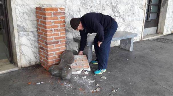 La scultura degli studenti dello Stagi scardinata dal suo piedistallo e caduta a terra alla stazione