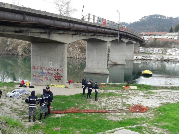 I primi corpi recuperati e la polizia sul luogo della tragedia