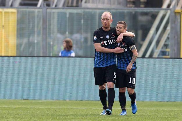 Gomez esulta con Masiello per il gol dell'1-0 (LaPresse)