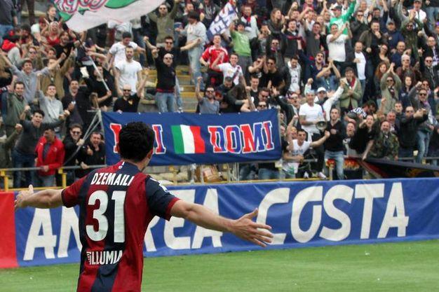 Dzemaili si prende il tributo dei tifosi del Bologna (foto Ansa)