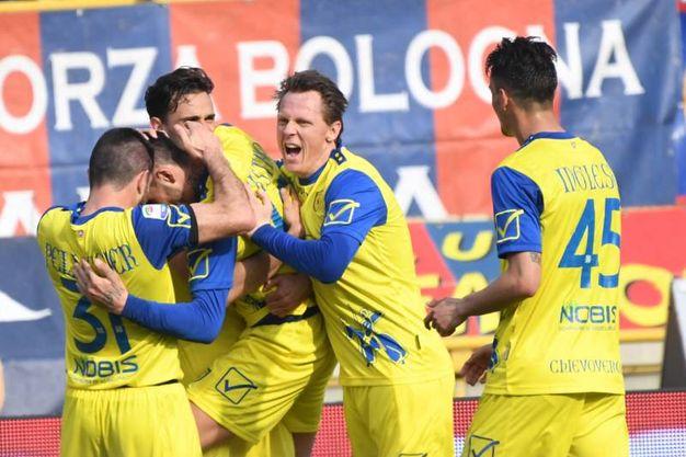 L'esultanza dei giocatori del Chievo per la rete dello 0-1 (foto Schicchi)