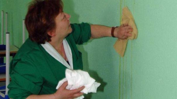 Una bidella ripulisce una classe (Foto d'archivio)