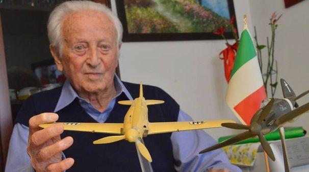 Giulio Zangheri mentre mostra il modellino di una aereo giallo simile a quello che pilotava durante la guerra